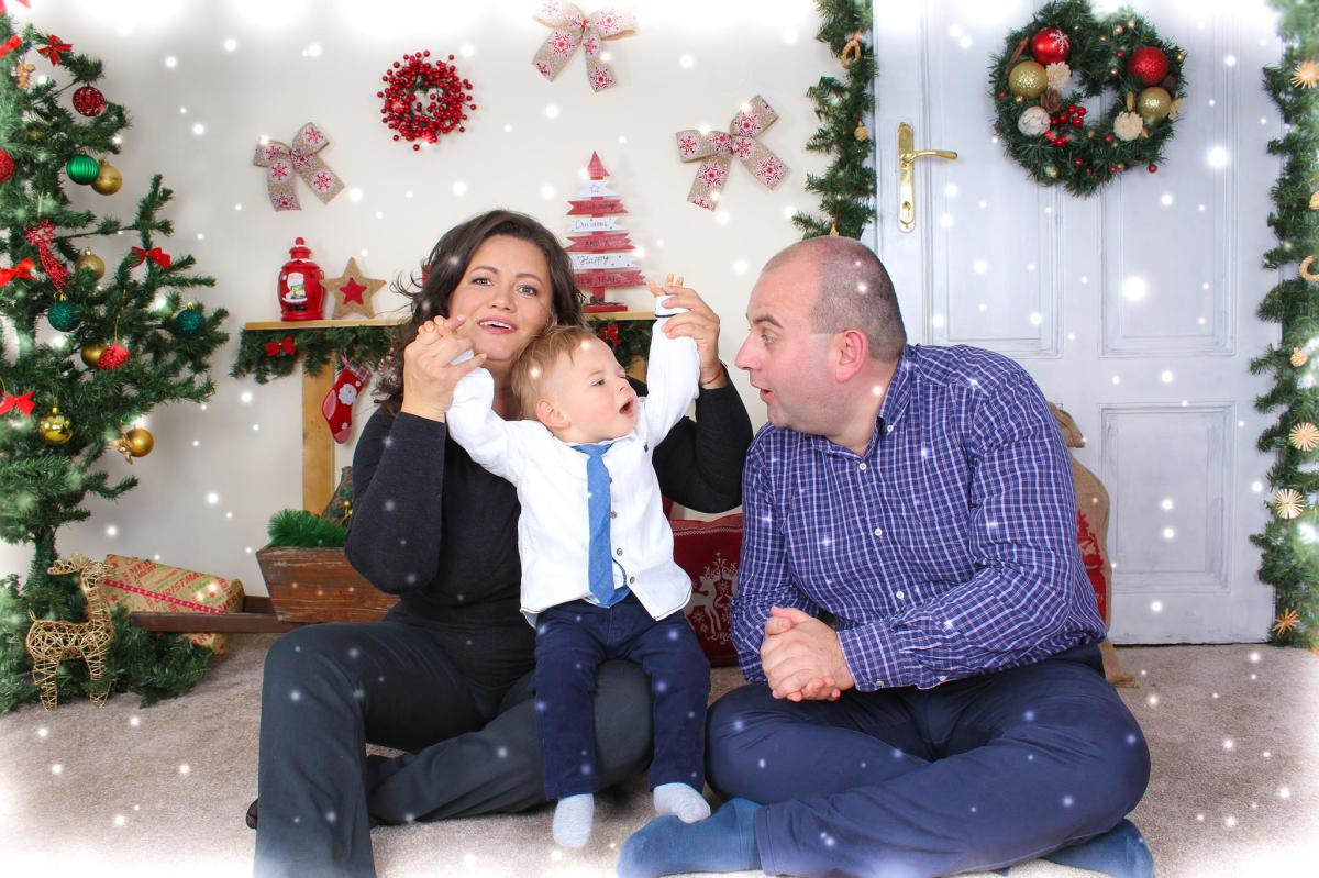 Коледен промоционален пакет: професионален грим + индивидулна или семейна фотосесия на стойност 90лв. вместо 160лв